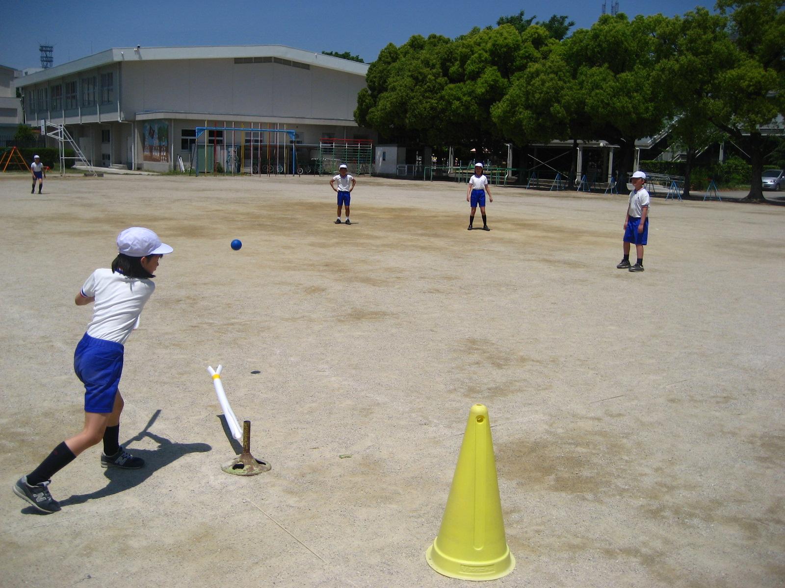 4年生「ラケットベースボール」 ...